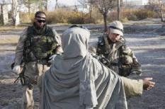 TARIN KOWT - Nederlandse ISAF -militairen fouilleren in de buurt van het ziekenhuis van Tarin Kowt in Afghanistan. ANP PHOTO DEFENSIE RICHARD FRIGGE