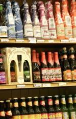 BRUSSEL - Diverse merken bier staan te koop in Brussel. ANP PHOTO LEX VAN LIESHOUT