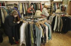 AMSTELVEEN - Kringloopwinkel De Boemerang in Amstelveen. Het opknappen van oude meubels, stoffen verknippen voor nieuwe kleding of versleten bankstellen hergebruiken voor de vervaardiging van tassen is in opkomst. 'Pimp up is dé trend, en dat geldt zeker ook voor tweedehands spullen', aldus Lydia Rietveld, afdelingsleider van kringloopbedrijf Het GOED in het Drentse Hoogeveen. ANP PHOTO MARCEL ANTONISSE
