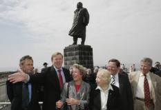 AFSLUITDIJK - Kroonprins Willem-Alexander (tweede van links) geeft aanwijzingen bij het maken van een groepsfoto met nazaten van ir. C.L. Lely. De prins had een ontmoeting met de familieleden bij het standbeeld van de ontwerper van de Afsluitdijk. Donderdag woont de Prins van Oranje de viering van 75 jaar Afsluitdijk bij. Eigenlijk is het op 28 mei precies 75 jaar geleden dat het laatste gat in de dijk werd gedicht maar dan is het Tweede Pinksterdag. Daarom is de viering naar vandaag. ANP PHOTO ROYAL IMAGES MARCEL ANTONISSE