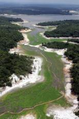 epa00570309 Aerial view of the Igarape do Tupe, located some 20 km from Manaos, which shows the signs of the severe drought that is affecting the lakes and rivers of the Amazon basin, Tuesday, 08 November 2005, in Brazil. The lack of rain could cause a shortage of water in the capital of the Amazon state, Manaos.  EPA/RAIMUNDO VALENTIM
