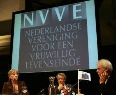 AMSTERDAM - De eerste exemplaren van de nieuwe wilsverklaringen van de NVVE, Nederlandse Vereniging voor een Vrijwillig Levenseinde werden dinsdag in Amsterdam door Eugene Sutorius (M), voorzitter NVVE, aangeboden aan Kitty Courbois (L), actrice en NVVE-lid en aan Bert Keizer (R), verpleeghuisarts. De euthanasieverklaring wordt een euthanasieverzoek. Op die manier sluit de wilsverklaring beter aan bij de huidige wetgeving. Daarnaast is de niet-reanimerenpas vervangen door een penning. Het voordeel daarvan is dat deze aan een ketting hangende penning altijd wordt gezien door hulpverleners die geneigd zijn te reanimeren.  ANP PHOTO MARCEL ANTONISSE