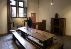 DEN HAAG - De Gevangenpoort in Den Haag. Duimschroeven, geselpalen en een guillotine die honderden hoofden moet hebben afgehakt. Museum de Gevangenpoort aan de Haagse Hofvijver viert zijn 125e verjaardag met een tentoonstelling van opmerkelijke en gruwelijke martelwerktuigen. Vanaf dinsdag is de tentoonstelling Geboeid! te zien in het Haags Historisch Museum, dat op een steenworp afstand van de Gevangenpoort ligt. Zie verhaal bin heden. ANP PHOTO KOEN SUYK