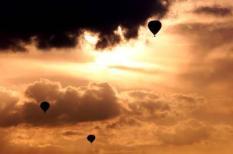 NLD-20010720-Arnhem: Drie luchtballonen in de buurt van Arnhem tegen een prachtige lucht. ANP FOTO ROBIN UTRECHT