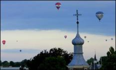 NLD-20050810-BREDA: De eerste heteluchtballonnen hangen woensdagavond al in de lucht bij de start van de 20ste Breda Ballon Fiesta. ANP FOTO/ROBIN UTRECHT