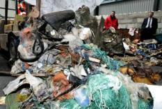 ROTTERDAM - Zwerfvuil uit de Noordzee wordt donderdag in de haven van Rotterdam gedeponeerd en  gesorteerd. Het vuil is door vissersschepen uit IJmuiden op zee met de vis meegevangen. Het  zwerfvuil wordt door de vissers meegnomen naar de thuishaven waarna het naar een afvalverwerkingsbedrijf gaat. De komende drie jaar zal het zwerfvuil uit de Noordzee door een afvalverwerker worden onderzocht.  ANP PHOTO KOEN SUYK