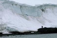 epa000365568 (FILES) A picture dated 19 January 2005 of a man walking by the edge of a glacial in 'Rey Jorge' Island, in the Uruguayan Antarctica. According to a couple of Spanish scientists, Adolfo Eraso and Carmen Dominguez, the speed of Antarctica glaciers' thawing has doubled in the last 13 years. The change is due to the global warming.  EPA/IVAN FRANCO