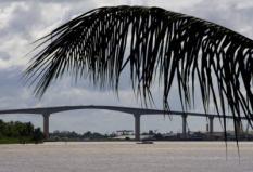 PARAMARIBO - De Jules Wijdenboschbrug is de brug over de rivier Suriname tussen de stad Paramaribo in het gelijknamige district Paramaribo en de plaats Meerzorg in het district Commewijne. De brug is genoemd naar president Jules Wijdenbosch. De brug wordt ook wel Surinamebrug genoemd. ANP PHOTO ED OUDENAARDEN
