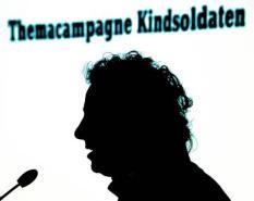 DEN HAAG - War Child ambassadeur Marco Borsato overhandigt dinsdag in Nieuwspoort in Den Haag het rapport Kindsoldaten, De schaduw van hun bestaan aan minister Bert Koenders (Ontwikkelingssamenwerking). Marco Borsato geeft een toespraak over de kindsoldaten. ANP PHOTO EVERT-JAN DANIELS