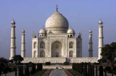 AGRA - De Taj Mahal in Agra. Het wereldberoemde witmarmeren grafmonument van de Indiase heerser Shah Jahan uit de zeventiende eeuw. ANP PHOTO JUAN VRIJDAG