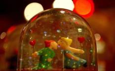 NLD-20040130-AMSTERDAM: Twee popjes kussen elkaar in een sneeuwbol, die te vinden is op een Valentijnsafdeling in een warenhuis. Valentijnsdag komt er weer aan. De warenhuizen in Nederland besteden er ook dit jaar weer veel aandacht aan. In de Bijenkorf in Amsterdam is hele afdeling ingericht met roze prullaria die je je lief cadeau kunt doen op 14 februari. ANP FOTO/OLAF KRAAK