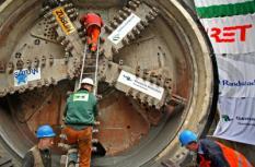 ROTTERDAM - De tunnelboormachine Pandora komt vrijdag boven in Rotterdam. Hiermee is de eerste geboorde tunnel voor de RandstadRail een feit. RandstadRail is een lightrailsysteem dat de steden Den Haag, Rotterdam en Zoetermeer met elkaar verbindt. Op de foto een aantal operators van de boor. ANP PHOTO PIETER FRANKEN