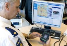 GRONINGEN - Projectleider Elle de Jonge van de politie Groningen toont een groot uitgevallen pda met alle gegevens van de computer op het bureau. Deze pda kan streaming video ontvangen en wordt met een wifi versterker online gehouden. In Groningen wordt geexperimenteerd met de agent van de toekomst, die in het bezit is van de nieuwste technische snufjes. ANP PHOTO DENNIS BEEK