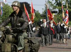 WAGENINGEN - Veteranen passeren zaterdag in Wageningen op Bevrijdingsdag tijdens het defile hotel de Wereld. De stad heeft een belangrijke historische betekenis. De capitulatie is hier in 1945 in het hotel getekend. ANP PHOTO ED OUDENAARDEN