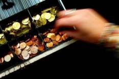 NLD-20031031-RIJSWIJK: Hand pakt wisselgeld uit een kassala. ANP FOTO/ROBIN UTRECHT