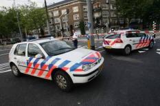 AMSTERDAM ¿ Een snelle blokkade van de Rooseveltlaan door de politie woensdagavond in Amsterdam.Twee gewapende overvallers hebben woensdagavond iets voor zeven uur bij de Diamantbeurs aan de Hogehilweg in Amsterdam een man beroofd van twee koffers. De politie vermoedt dat er diamanten in zaten, maar weet dat nog niet zeker. De auto van de overvallers, die nog voortvluchtig zijn, werd later brandend aangetroffen aan de Camera Obscuralaan in Amstelveen. Zie bericht bin dd heden. ANP PHOTO EVERT ELZINGA