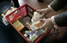 AMSTERDAM - Voedselpakketten worden uitgedeeld bij de Voedselbank in Amsterdam. ANP PHOTO JUAN VRIJDAG