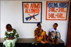 MONROVIA - De Liberiaan is voor gaatjes in zijn tanden of een ontstoken wortelkanaal afhankelijk van tandartsen uit Europa en de Verenigde Staten. In het West-Afrikaanse land zelf zijn op een inwoneraantal van 3,5 miljoen in totaal maar drie tandartsen. In een kliniek als Redemption Hospital in Monrovia kunnen Liberianen terecht voor goede tandartszorg geleverd door internationale hulporganisaties. Vaak komen de Liberianen pas als de pijn niet meer te verdragen is. Dan is het meestal al te laat, de schade aan het gebit valt eigenlijk niet meer te herstellen. De tandartsen trekken niet alleen kiezen en vullen gaatjes, ze moeten ook regelmatig een kaakoperatie doen omdat de bacteriële infectie de hele kaak heeft aangevroten. Naast de voorlichting over goede tandzorg, krijgen de patiënten na afloop van een behandeling een tube tandpasta en een tandenborstel. ANP PHOTO ROBIN UTRECHT