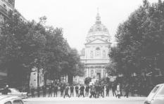 De rode vlag is weer vervangen door de Franse driekleur op de Sorbonne.  De politie heeft, nu de studenten zijn verdreven, een ijzeren ring rond het beroemde universiteitsgebouw gelegd.  De rust lijkt weergekeerd.