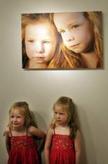 DEN HAAG - Ilse en Ruth bij hun foto in het Fotomuseum in Den Haag tijdens de tentoonstelling MC1R - Natuurlijk Rood Haar. Uit de 100 foto's van roodharigen van fotografe Hanne van der Woude spreekt haar fascinatie voor rood haar. Deze fascinatie begon toen ze een krantenbericht las over het uitsterven van roodharigen. ANP PHOTO VALERIE KUYPERS