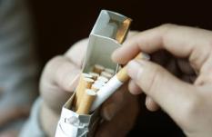 DEN HAAG - Hand haalt sigaret uit sigarettenpakje. ANP PHOTO LEX VAN LIESHOUT