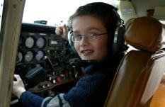 NLD-20040214-LELYSTAD: De 10-jarige Koen uit Venray is ¦ready for take-off¬ zaterdagmiddag op Flight Centre Lelystad. Ongeveer tien hoogbegaafde kinderen sluiten zaterdag in Lelystad een speciale vliegcursus af van de Stichting Facta. De jongste deelnemer is tien jaar. De stichting, die zich sterk maakt voor hoogbegaafden, heeft de vliegcursus bedacht om de zeer intelligente kinderen een extra uitdaging te bieden. De jeugdige cursisten hebben bij de Nationale Luchtvaartschool (NLS) uit Amsterdam hun al theorie gehaald. ANP FOTO/OLAF KRAAK