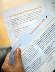 ZOETERMEER - Alle huishoudens in Nederland ontvangen op zaterdag 1 november een brief van minister Klink (Volksgezondheid, Welzijn en Sport) over het begin van de gegevensuitwisseling door zorgverleners via het landelijk elektronisch patientendossier (EPD). De bief is onderdeel van een publiekscampagne. Doel van de campagne is om alle Nederlanders te informeren over hun rechten en mogelijkheden bij de uitwisseling van medische gegevens. ANP PHOTO XTRA LEX VAN LIESHOUT