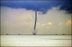 TEXEL - Door hevige luchtturbulentie ontstond maandag boven de Waddenzee, ten oosten van Texel in de buurt van de Texelstroom een waterhoos. Waterhozen zijn trechtervormige slurven die worden veroorzaakt door snel draaidende luchtbewegingen. Als zo'n slurf het wateroppervlak raakt en water opzuigt wordt dat een waterhoos genoemd. ANP PHOTO MEIJERT DE HAAN