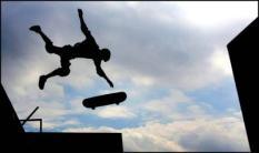 NLD-20050715-ROTTERDAM: Een skateboarder laat vrijdag zijn kunsten zien op de ramp in de Rotterdamse Ahoy tijdens de Snickers Werelkampioenschappen Skateboarding 2005. De beste skateboarders van de wereld zijn bijeen in de havenstad voor de kampioenschappen. Een van de belangrijkste skatewedstrijden van het jaar. ANP FOTO/ROBIN UTRECHT