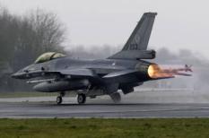 LEEUWARDEN - Een Nederlands F-16 gevechtvliegtuig met de vlammen uit de uitlaat dinsdagmiddag bij vertrek voor de oefening Frisian Flag. Op de vliegbasis Leeuwarden wordt dinsdag de internationale oefening Frisian Flag 2008 gehouden. Tijdens de vliegoefeningen wordt geoefend op luchtverdediging en luchtsteun aan grondtroepen. Aan de oefening nemen ondermeer de luchtmachten deel van Belgie, Duitsland, Frankrijk en Noorwegen. Het grootste deel van de oefening vindt boven de Noordzee plaats. ANP PHOTO VINCENT JANNINK