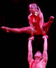 AMSTERDAM - In Carre in Amsterdam vindt vrijdagmiddag de generale repetitie plaats van het Wereldkerstcircus 2007. De act Bingo!, een combinatie van acrobatiek en ballet. ANP PHOTO UNITED PHOTOS ROBIN VAN LONKHUIJSEN