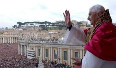 JAAROVERZICHT 2005. ARCHIEFFOTO 19-04-2005. De nieuw gekozen paus Benedictus XVI prsenteert zich aan de massa op het St. Pietersplein in Vaticaanstad. ANP PHOTO EPA/VATICAN POOL/MARI
