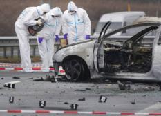 DELFT - Mederwerkes van het Nederlandsforensisch Instituut (NFI) onderzoeken de plek van het voorval. Bij de oprit Delft-Noord op de A13 is dinsdag een auto in brand gevlogen. Volgens getuigen was er een harde knal te horen en kwam er veel rook vrij. De politie meldde dat de auto geheel is uitgebrand. De bestuurder is met zware verwondingen naar het ziekenhuis overgebracht.  ANP PHOTO ROBIN UTRECHT