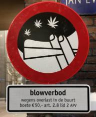 AMSTERDAM ¿ In stadsdeel De Baarsjes in Amsterdam zijn woensdag de eerste blowverbodsborden geplaatst. Om te laten weten waar deze maatregel van kracht is worden blowverbodsborden in het gebied geplaatst. ANP PHOTO MARCEL ANTONISSE