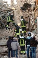 epa01689639 Rescue workers in Onna, Aquila region, on 06 April 2009. At least 27 people were reported dead - amid fears of that number rising considerably - after a cental Italian mountain area around the ancient town of L'Aquila was rocked by a major earthquake that struck in the early hours of 06 April.  EPA/MASSIMILIANO SCHIAZZA