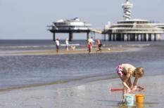 SCHEVENINGEN - Een meisje speelt vrijdag op het strand bij Scheveningen. ANP VALERIE KUYPERS