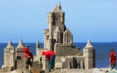 DEN HAAG  - Op het strand van Scheveningen verrijst woensdag een groot zandkasteel. Het zandkasteel van 30 meter lang, 14 meter breed en 8,5 meter hoog is donderdag klaar. Het is de voorbode van het International Sandsculpture Festival dat zaterdag begint en tot en met zondag 14 juni duurt. ANP ROBIN UTRECHT