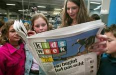 NLD-20030418-DIEMEN: Kinderen lezen vrijdag bij een drukkerij in Diemen samen met hoofdredacteur Annemarie Walker in de nieuwe wekelijkse jeugdkrant Kidsweek. Het eerste nummer verschijnt in een oplage van 35.000 stuks op tabloidformaat. De makers zijn vastbesloten de papieren versie van het Jeugdjournaal te worden. Nieuws en actualiteiten zijn afgestemd op kinderen van 11 tot 14 jaar en in voor hen begrijpelijke stijl geschreven. De kinderen die voor de presentatie waren uitgenodigd zijn de lezertjes van twee proefnummers die middels een enquette hun op- en aanmerkingen kenbaar konden maken. zie anp-bericht binnnenland. ANP FOTO/MARCEL ANTONISSE
