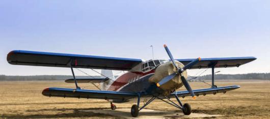 Een klassiek vliegtuig op de landingsbaan.