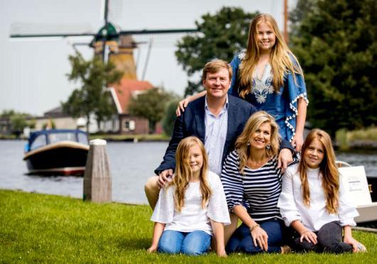 2017-07-07 15:19:58 WARMOND - Koning Willem-Alexander en koningin Maxima met de prinsessen Ariane, Alexia en Amalia tijdens de fotosessie van de koning en zijn gezin bij de Kagerplassen. ANP ROYAL IMAGES KOEN VAN WEEL