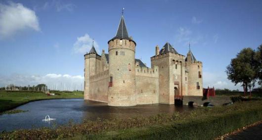 NLD-20041006-MUIDEN: Exterieur van het rijksmuseum Muiderslot. Het middeleuws kasteel is oorspronkelijk in 1280 door Floris V gebouwd. Deze werd in 1296 vermoord. In 1878 werd het een monument als gedenkteken voor de 17de eeuwse schrijver P.C. Hooft en de Muiderkring. ANP FOTO/KOEN SUYK